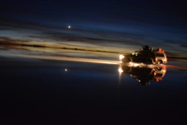 Ballet de phares au lever du soleil (salar d'Uyuni)