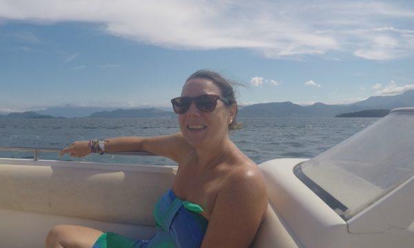 Sandrine fait sa belle sur son bateau
