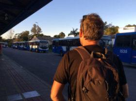 Christian attend son bus désespéré...
